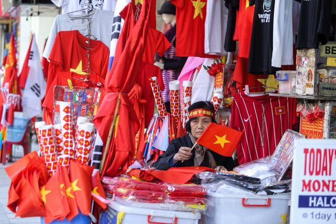 Màu cờ sắc áo đã tràn ngập khắp phố trước trận chung kết SEA Games 30 - Ảnh 2.