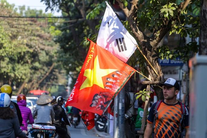Màu cờ sắc áo đã tràn ngập khắp phố trước trận chung kết SEA Games 30 - Ảnh 10.