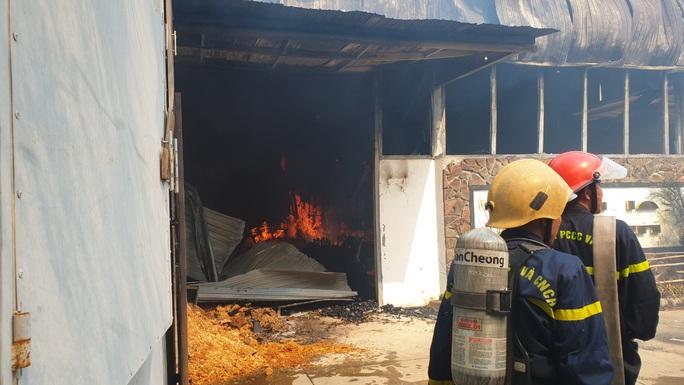 Đà Nẵng: Xưởng gỗ bốc cháy dữ dội sau chập điện - Ảnh 2.