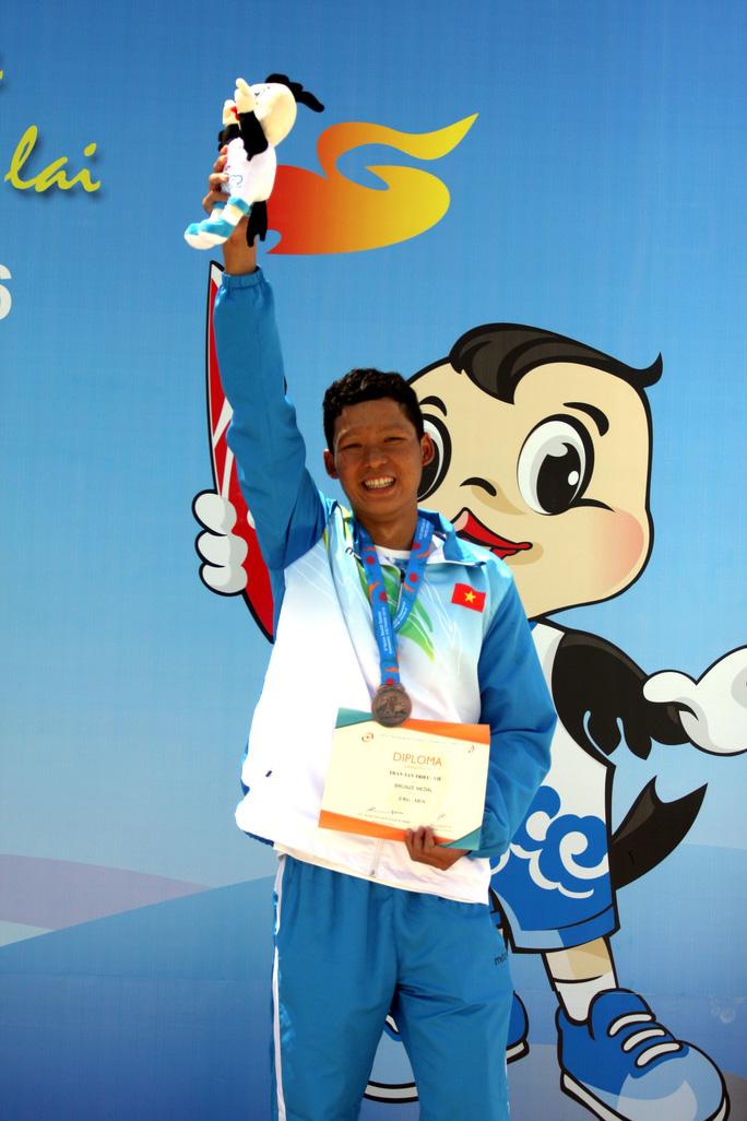 Trần Tấn Triệu và tấm HCV trên đường bơi 10.000m - Ảnh 2.