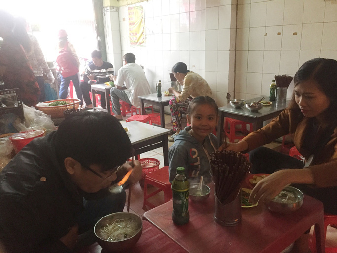 Ăn sáng ở quán hủ tiếu thơm ngon có giá rẻ nhất miền Tây - Ảnh 3.