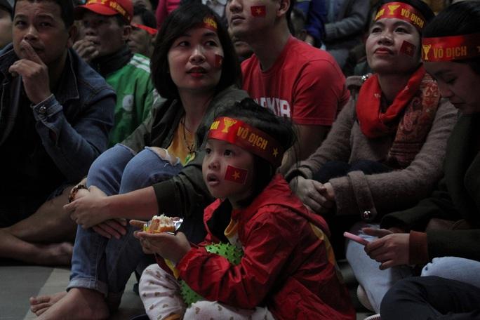 Chùm ảnh: Cổ vũ tuyển U22 từ tiền sảnh bệnh viện Đà Nẵng - Ảnh 3.