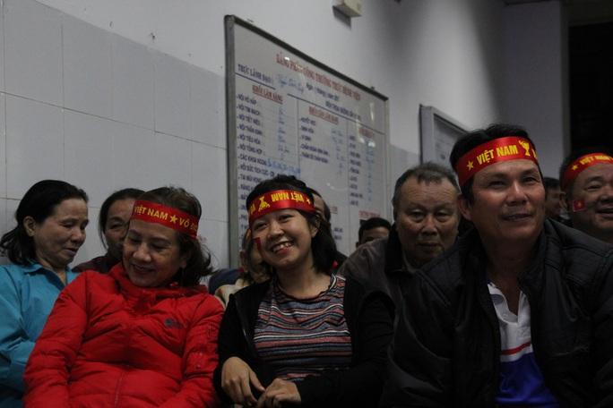 Chùm ảnh: Cổ vũ tuyển U22 từ tiền sảnh bệnh viện Đà Nẵng - Ảnh 5.