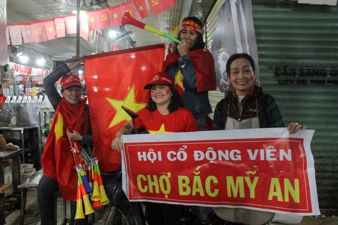 Chùm ảnh: Cổ vũ tuyển U22 từ tiền sảnh bệnh viện Đà Nẵng - Ảnh 7.