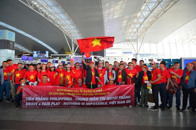 Khán giả nhà rầm rộ sang Philippines tiếp lửa U22 Việt Nam - Ảnh 3.
