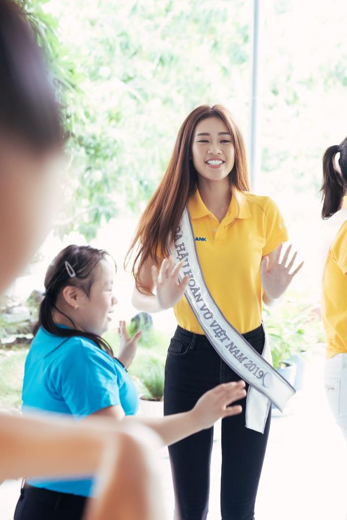 Hoa hậu Khánh Vân lần đầu xuất hiện sau đăng quang - Ảnh 6.