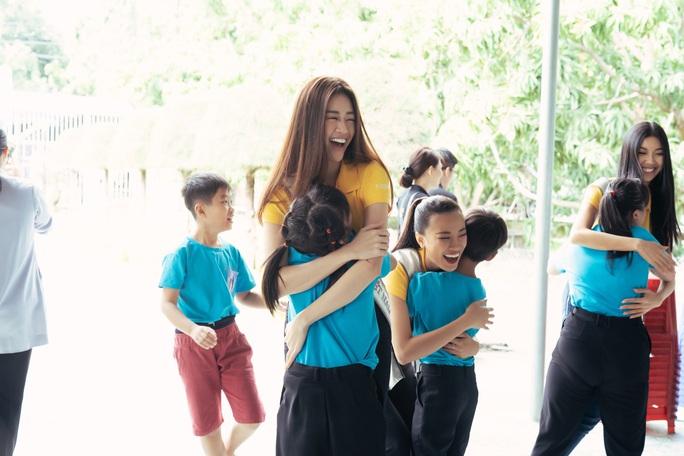 Hoa hậu Khánh Vân lần đầu xuất hiện sau đăng quang - Ảnh 2.