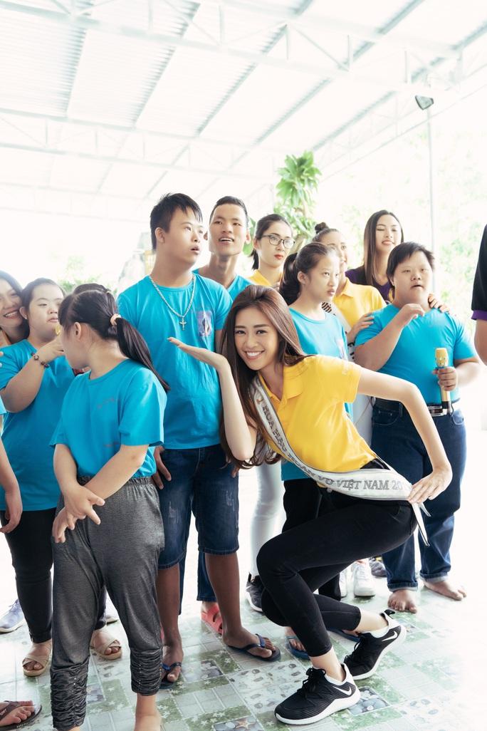Hoa hậu Khánh Vân lần đầu xuất hiện sau đăng quang - Ảnh 1.