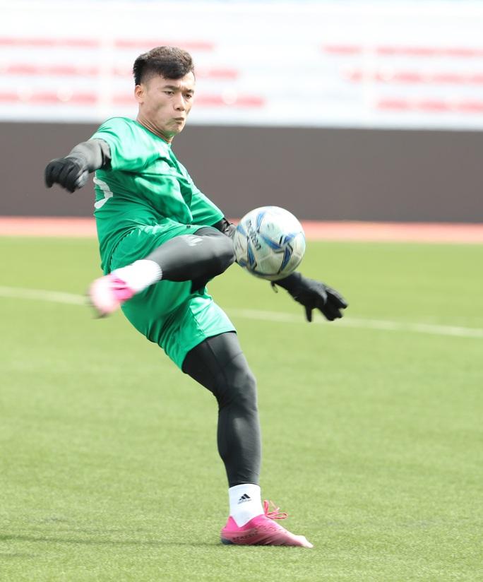 Thủ môn Bùi Tiến Dũng chia tay CLB Hà Nội, đầu quân 3 mùa cho CLB TP HCM - Ảnh 1.