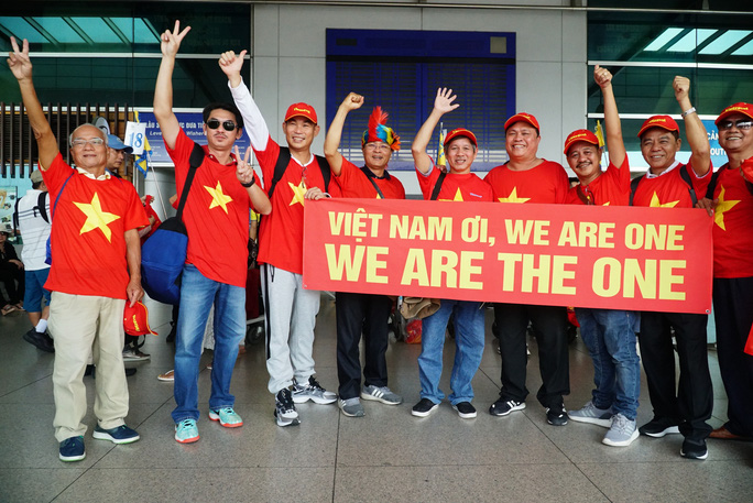 Khán giả nhà rầm rộ sang Philippines tiếp lửa U22 Việt Nam - Ảnh 2.