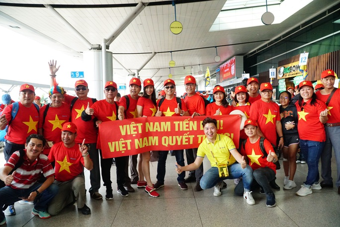 Khán giả nhà rầm rộ sang Philippines tiếp lửa U22 Việt Nam - Ảnh 1.