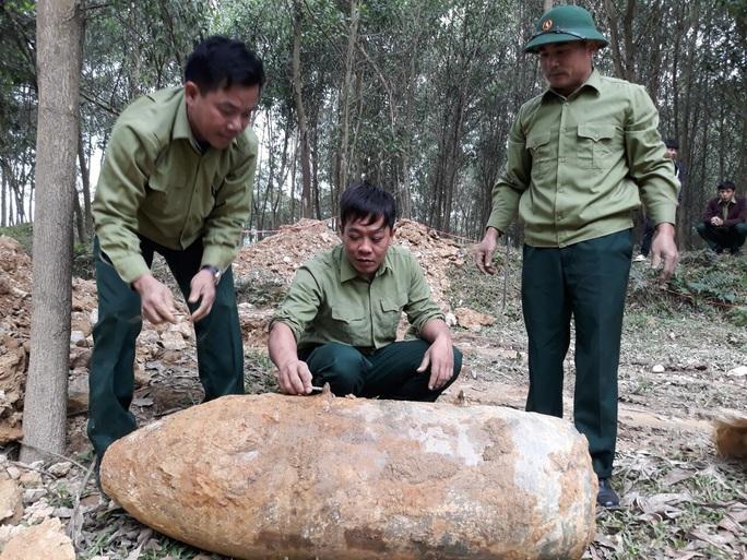 Giải phóng mặt bằng, máy múc đào trúng quả bom lớn dài 1,5 m - Ảnh 1.