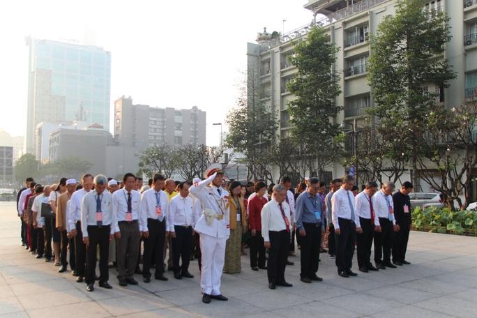 Từ sáng sớm, đại diện các dân tộc thiểu số dâng hoa Chủ tịch Hồ Chí Minh - Ảnh 3.