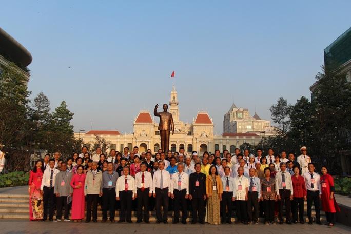 Từ sáng sớm, đại diện các dân tộc thiểu số dâng hoa Chủ tịch Hồ Chí Minh - Ảnh 4.