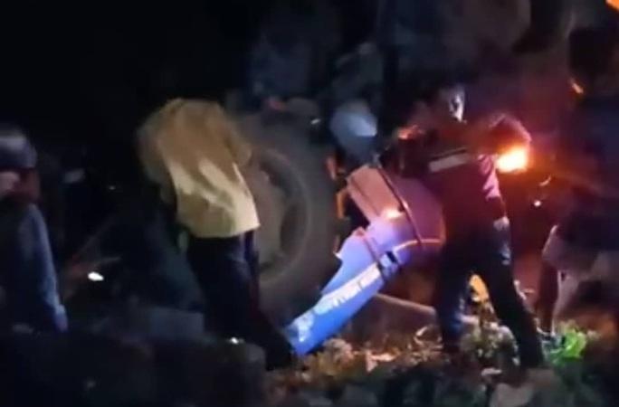 Lật máy cày đi cổ vũ U22 Việt Nam vô địch, bé gái bị đè chết thảm - Ảnh 1.