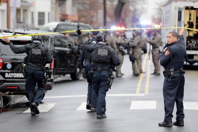 Mỹ: Đấu súng điên cuồng, nhiều người đi đường chết oan - Ảnh 2.