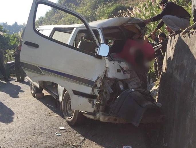 Xe chở đoàn người khuyết tật tông vào vách núi làm 2 người chết, 4 người nguy kịch - Ảnh 1.