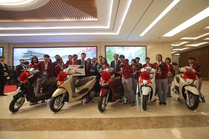 Thủ tướng gặp 2 đội tuyển bóng đá: Rạng rỡ non sông đất Việt - Ảnh 1.