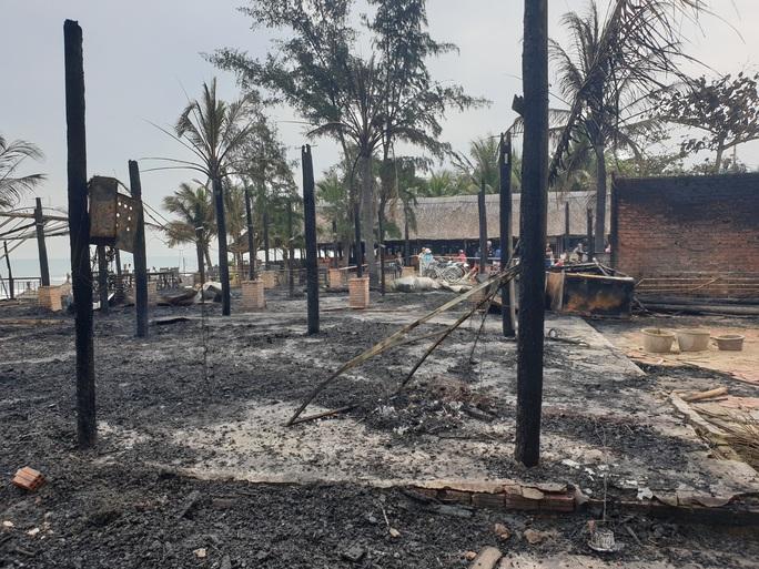Lửa cháy dữ dội, thiêu rụi 4 nhà hàng ở Hội An - Ảnh 5.