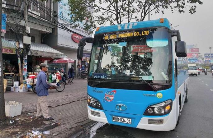 Hình ảnh tài xế xe khách làm liều từ Hàng Xanh đến cầu Sài Gòn - Ảnh 1.