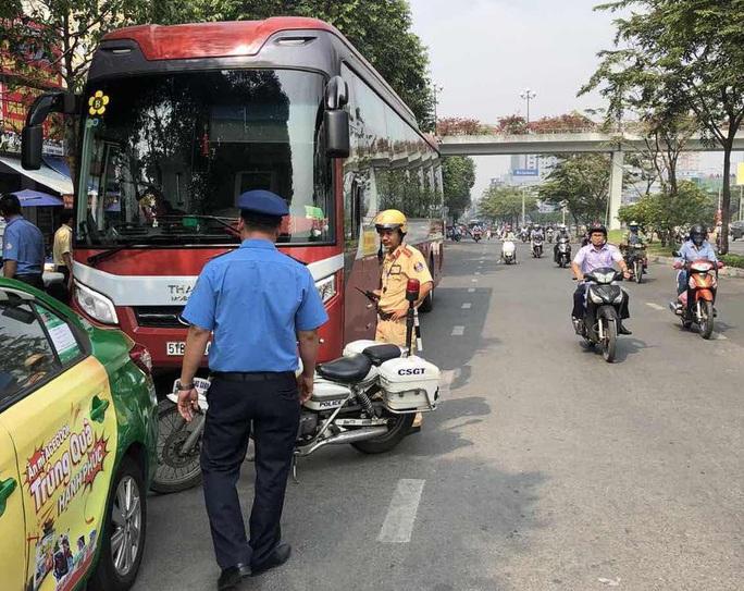 Hình ảnh tài xế xe khách làm liều từ Hàng Xanh đến cầu Sài Gòn - Ảnh 2.