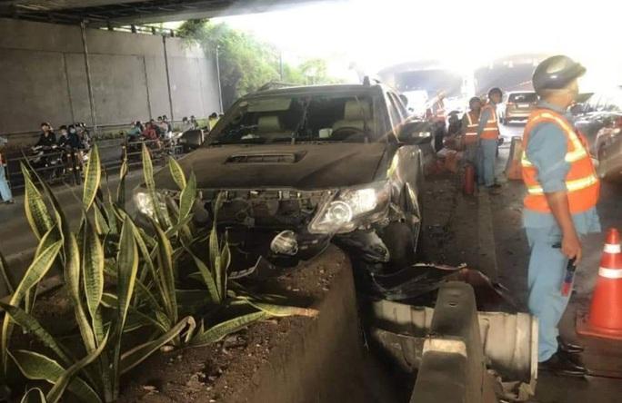Xe 7 chỗ mất lái khi vào hầm sông Sài Gòn, giao thông náo loạn - Ảnh 1.
