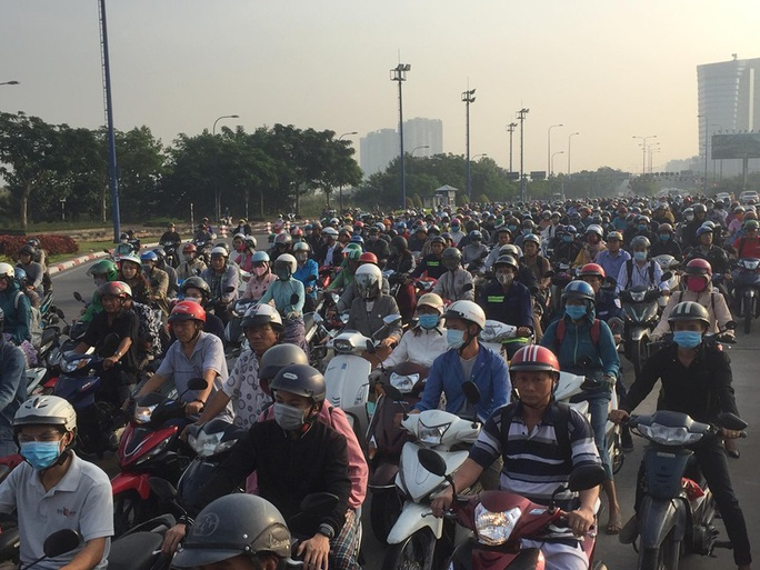 Xe 7 chỗ mất lái khi vào hầm sông Sài Gòn, giao thông náo loạn - Ảnh 3.