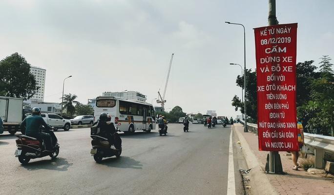 Hình ảnh tài xế xe khách làm liều từ Hàng Xanh đến cầu Sài Gòn - Ảnh 3.