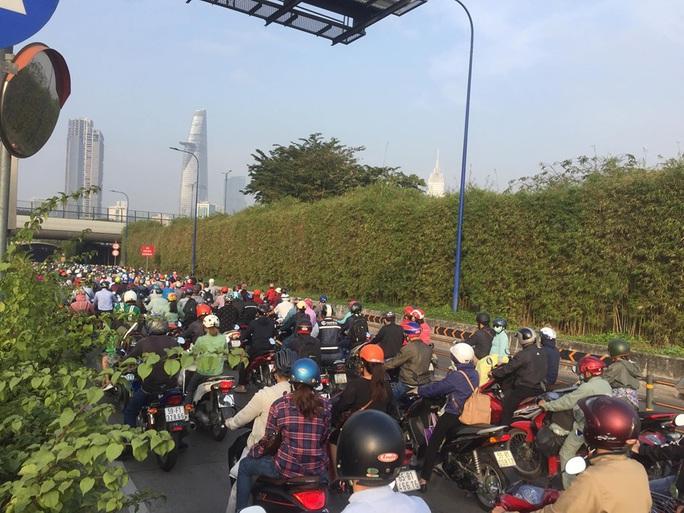 Xe 7 chỗ mất lái khi vào hầm sông Sài Gòn, giao thông náo loạn - Ảnh 2.