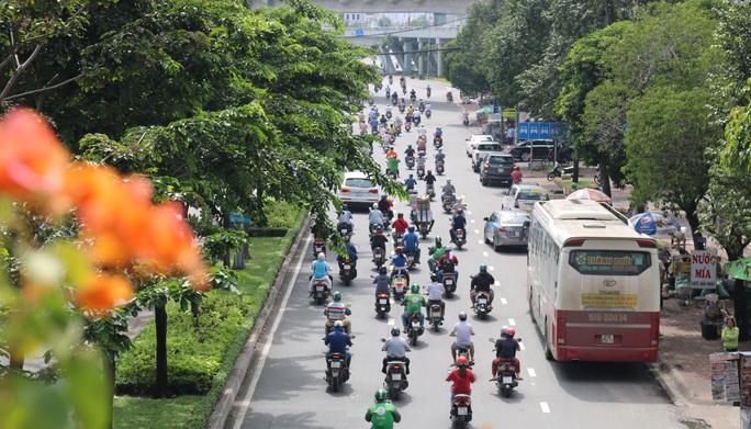 Hình ảnh tài xế xe khách làm liều từ Hàng Xanh đến cầu Sài Gòn - Ảnh 4.