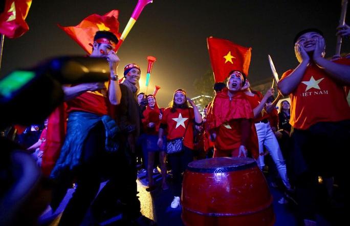 Bóng đá Việt Nam trên đường phát triển: Tiêu cực liên miên, SEA Games cũng bán độ - Ảnh 1.