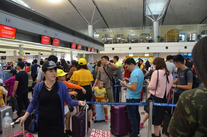 Lo sân bay Tân Sơn Nhất tắc nghẽn dịp Tết - Ảnh 1.