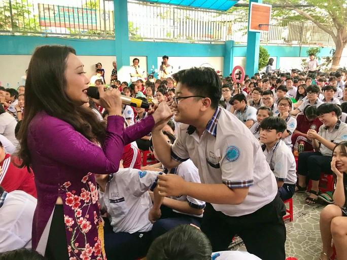Nghệ sĩ Thanh Hằng xúc động vì học sinh yêu dân ca - Ảnh 2.