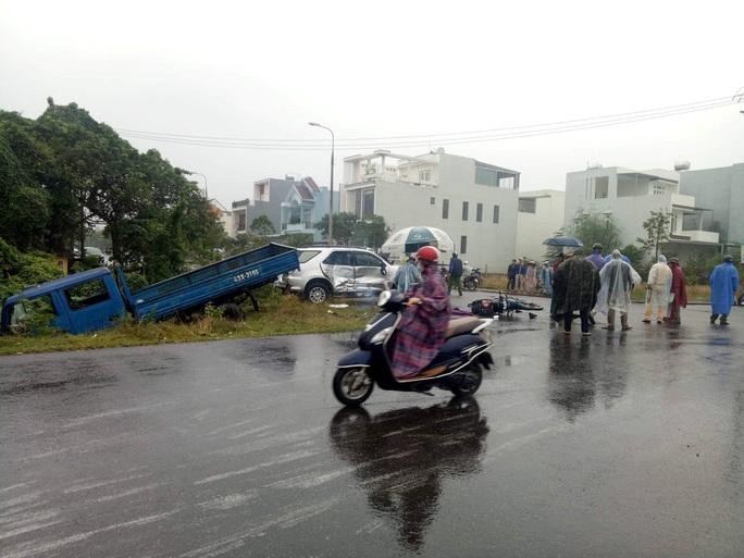 Ôtô tông liên hoàn, 3 cha con đi xe máy đến trường thương vong - Ảnh 2.