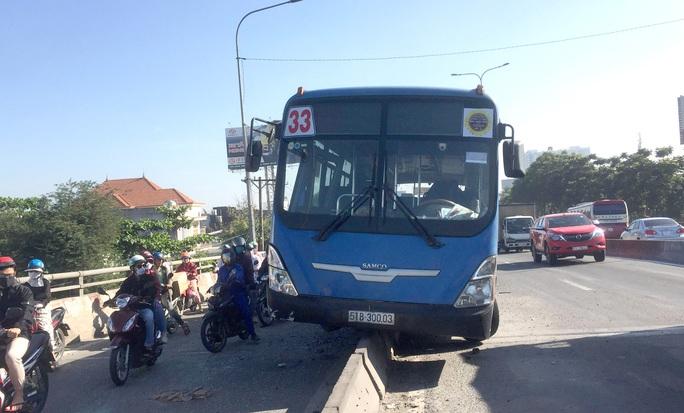 CLIP: Hoảng hồn với xe buýt nằm trên dải phân cách ở quận Thủ Đức - TP HCM - Ảnh 1.