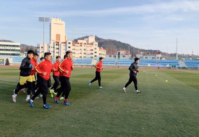 Chùm ảnh U23 Việt Nam luyện công, Quang Hải háo hức tập luyện trong giá lạnh - Ảnh 5.