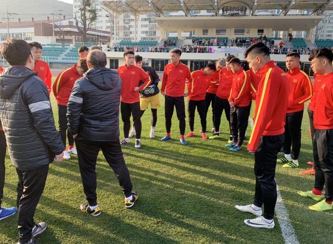 Chùm ảnh U23 Việt Nam luyện công, Quang Hải háo hức tập luyện trong giá lạnh - Ảnh 4.