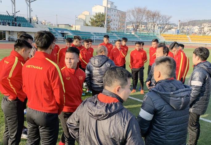 Chùm ảnh U23 Việt Nam luyện công, Quang Hải háo hức tập luyện trong giá lạnh - Ảnh 3.