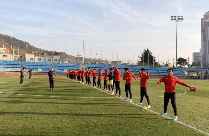 Chùm ảnh U23 Việt Nam luyện công, Quang Hải háo hức tập luyện trong giá lạnh - Ảnh 7.