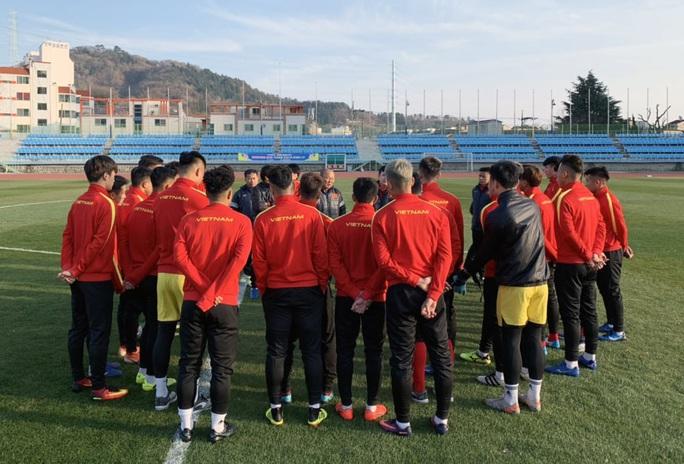 Chùm ảnh U23 Việt Nam luyện công, Quang Hải háo hức tập luyện trong giá lạnh - Ảnh 2.