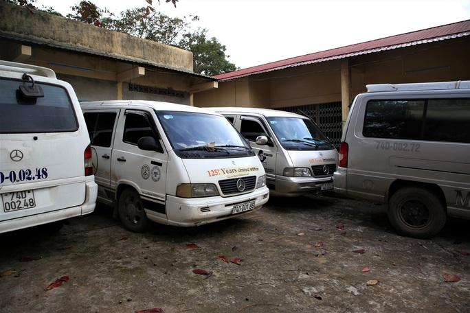Một loạt xe hạ tải dán kính đen che giấu điều bí mật bị chặn bắt - Ảnh 1.