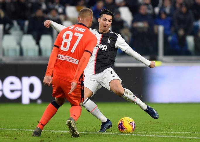 Ronaldo lập kỷ lục ghi bàn, Juventus bám sát ngôi đầu bảng - Ảnh 2.