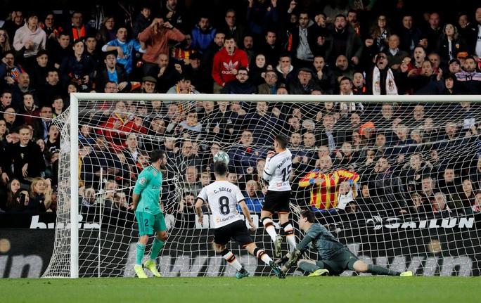 Thủ thành Courtois đánh đầu kiến tạo Benzema lập công giúp Real Madrid thoát thua - Ảnh 2.