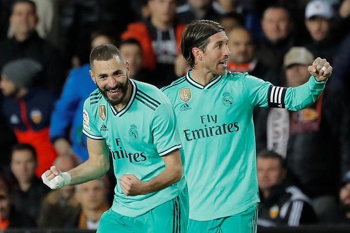 Thủ thành Courtois đánh đầu kiến tạo Benzema lập công giúp Real Madrid thoát thua - Ảnh 3.