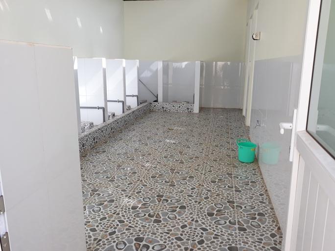 Nữ sinh bị kẻ lạ dâm ô trong nhà vệ sinh gần 2 tiết nhưng giáo viên không biết - Ảnh 2.