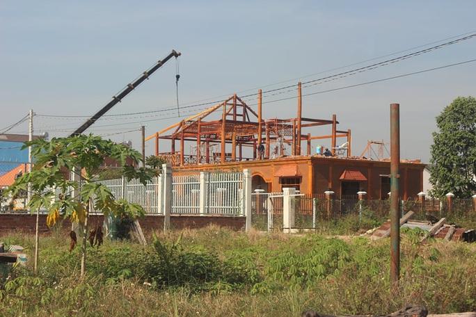 Đồng Nai: Tháo dỡ biệt thự gỗ xây dựng trái phép ở cù lao - Ảnh 1.