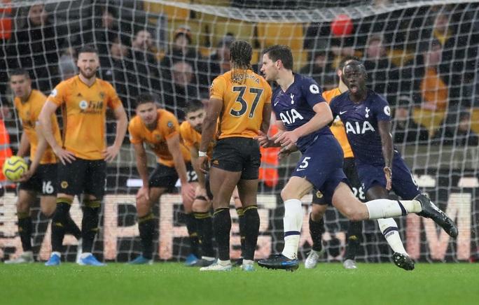 Tottenham thoát hiểm phút 90+1, Mourinho qua mặt… Man United - Ảnh 4.