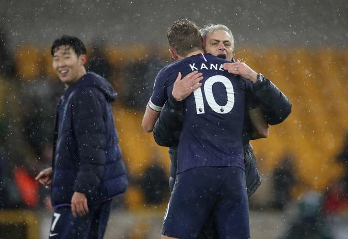 Tottenham thoát hiểm phút 90+1, Mourinho qua mặt… Man United - Ảnh 5.