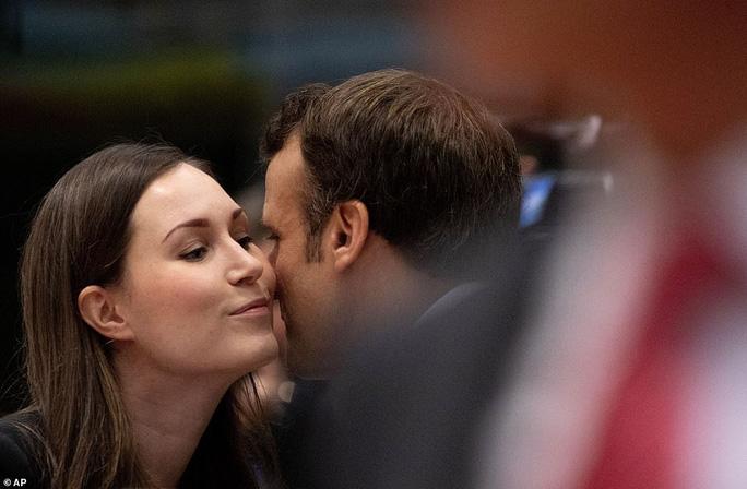 Ông Macron tươi cười cùng nữ thủ tướng trẻ nhất thế giới - Ảnh 1.