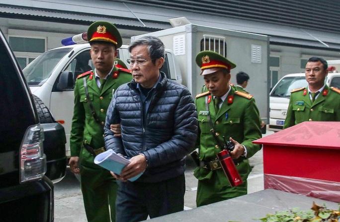 Sáng nay, 2 nguyên bộ trưởng Nguyễn Bắc Son và Trương Minh Tuấn được đưa đến tòa bằng xe đặc chủng - Ảnh 2.